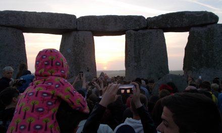 Solstițiul de vară sărbătorit la cercul de pietre de la Stonehenge (Anglia)